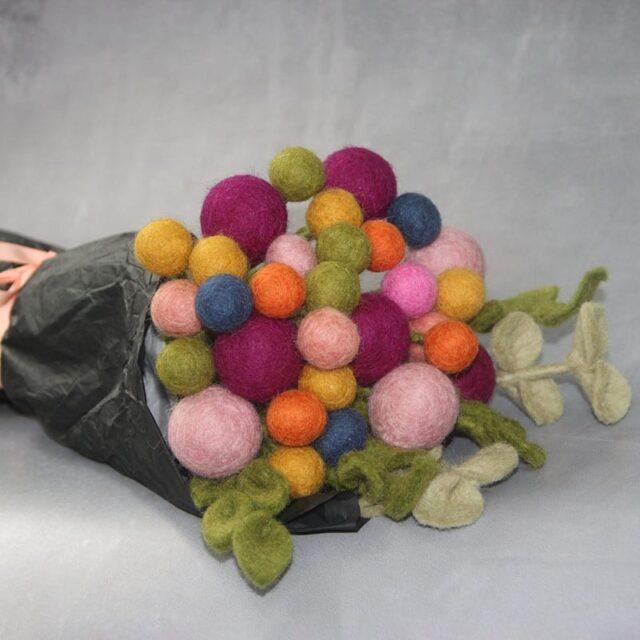 En Gry og Sif buket med filt blomster i flere farver - byHviid