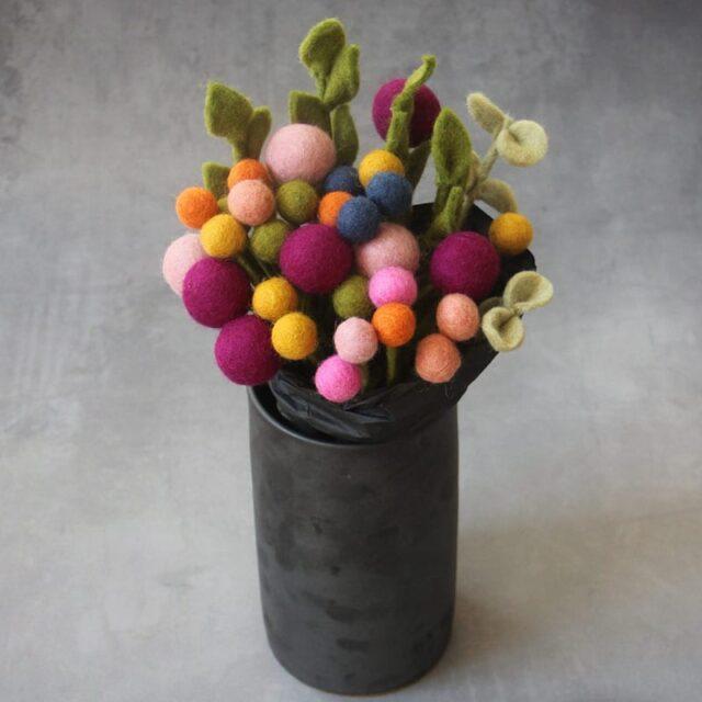 En Gry og Sif vase med filt blomster i flere farver