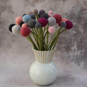 En Gry og Sif blomster neutrale farver i vase